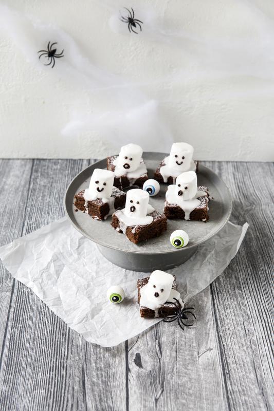 Sechs Brownie-Gespenster auf hellgrauem Teller