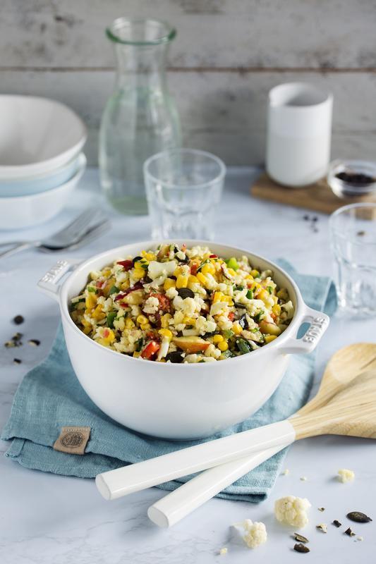 Weiße große Schüssel mit Ratz-Fatz-Blumenkohlsalat aus dem Thermomix® mit angelegtem Salatbesteck