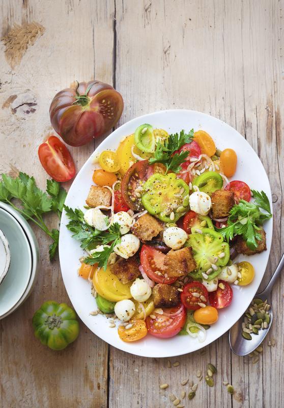 Weißer ovaler Teller mit bunten Tomatensalat aus dem Thermomix®