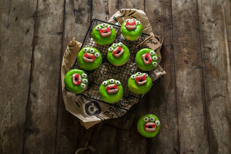 Kleine Monster-Donuts auf schwarzem Gitter