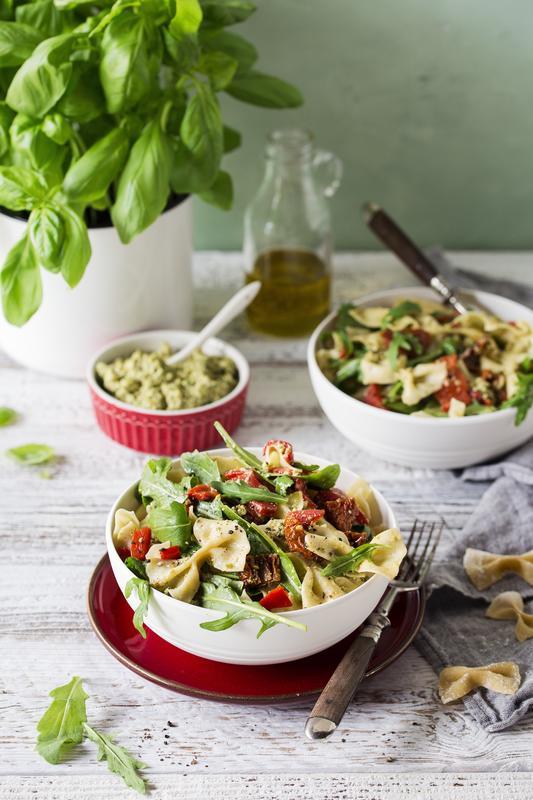 Weiße Schüssel mit Nudelsalat aus dem Thermomix® mit Paprika und getrockneten Tomaten und Olivenpesto