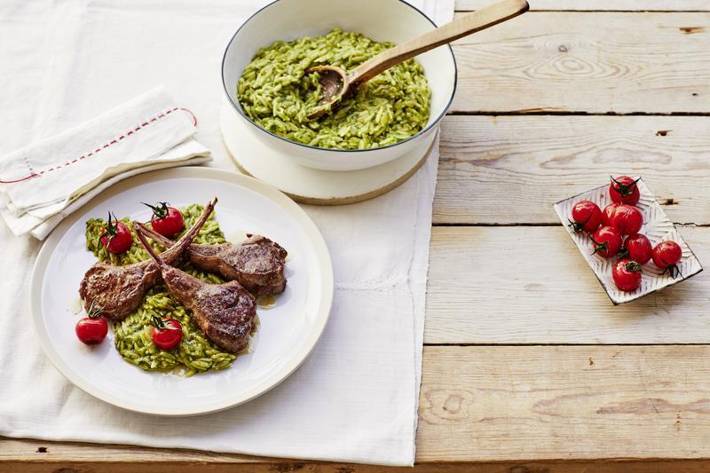 Lammkoteletts mit Pesto aus dem Thermomix® auf Risotto aus Pasta auf weißem Teller