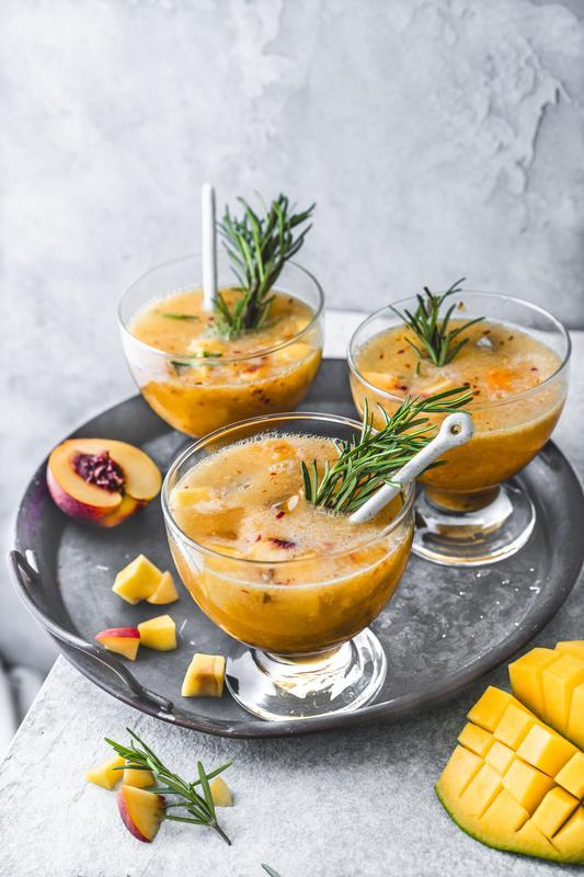 Drei orangefarbene Cocktails aus dem Thermomix® auf grauem Tablett