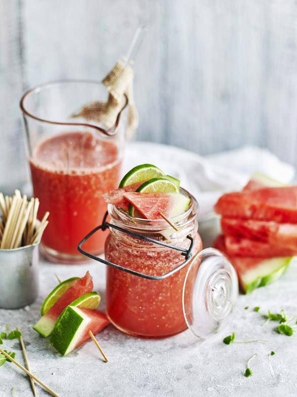 Glas mit Wassermelonen-Tonic aus dem Thermomix® mit Limettenscheiben und Melone garniert