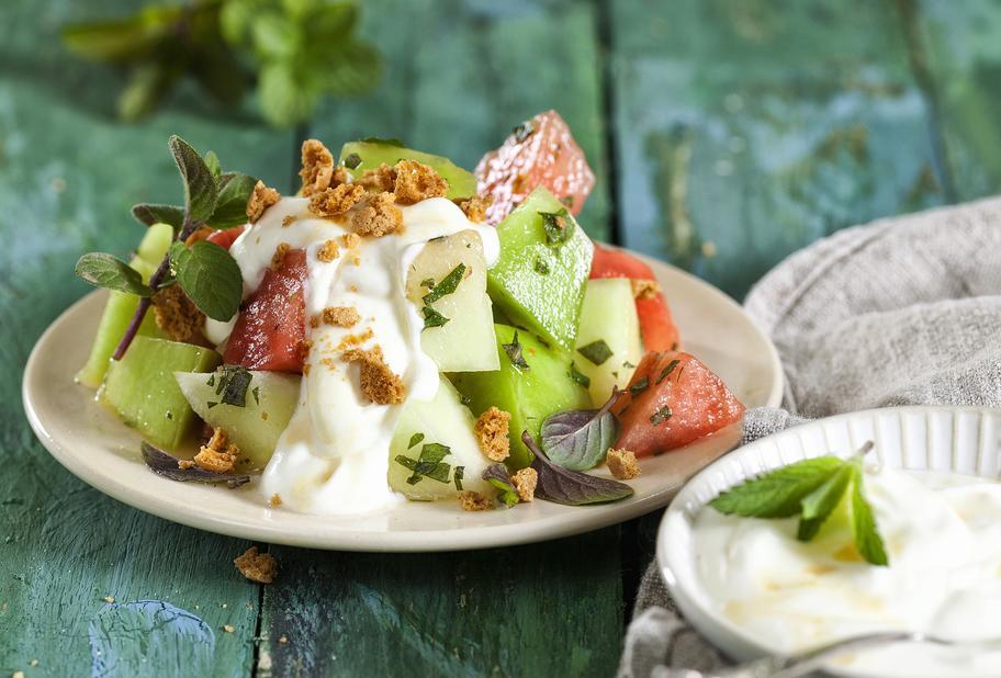 Melonensalat mit Joghurt und Amarettini
