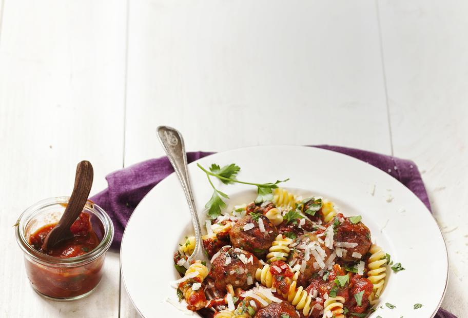 Fusilli mit Hackbällchen in Tomatensoße