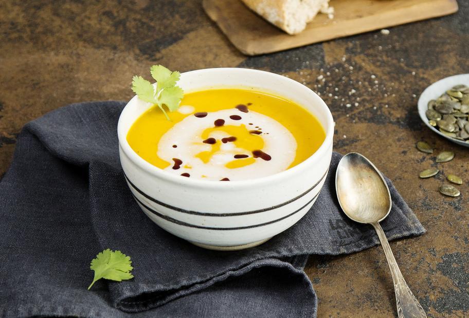 Kürbis-Kokos-Suppe mit Kürbiskernen