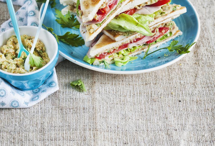 Sandwiches mit Schinken und Bohnenaufstrich