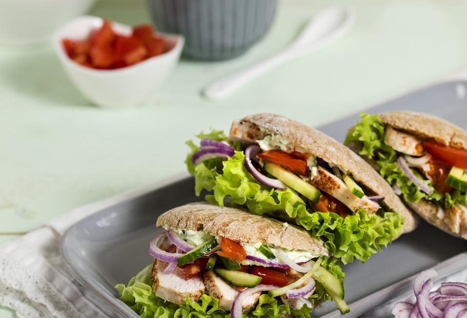 Perfekt auch zum Mitnehmen: Vollkorn-Pitabrot mit Hähnchen und Salat