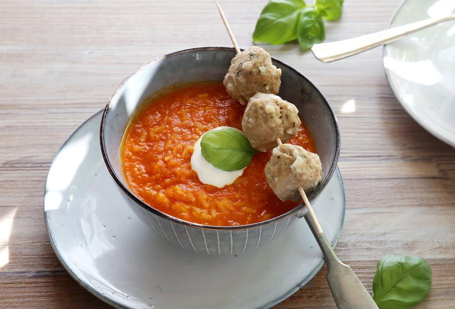 Paprika-Reis-Suppe und Hackbällchen