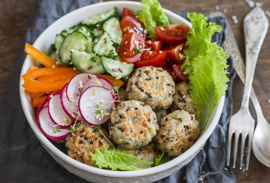 Kernige Quinoa-Hackbällchen mit Salat