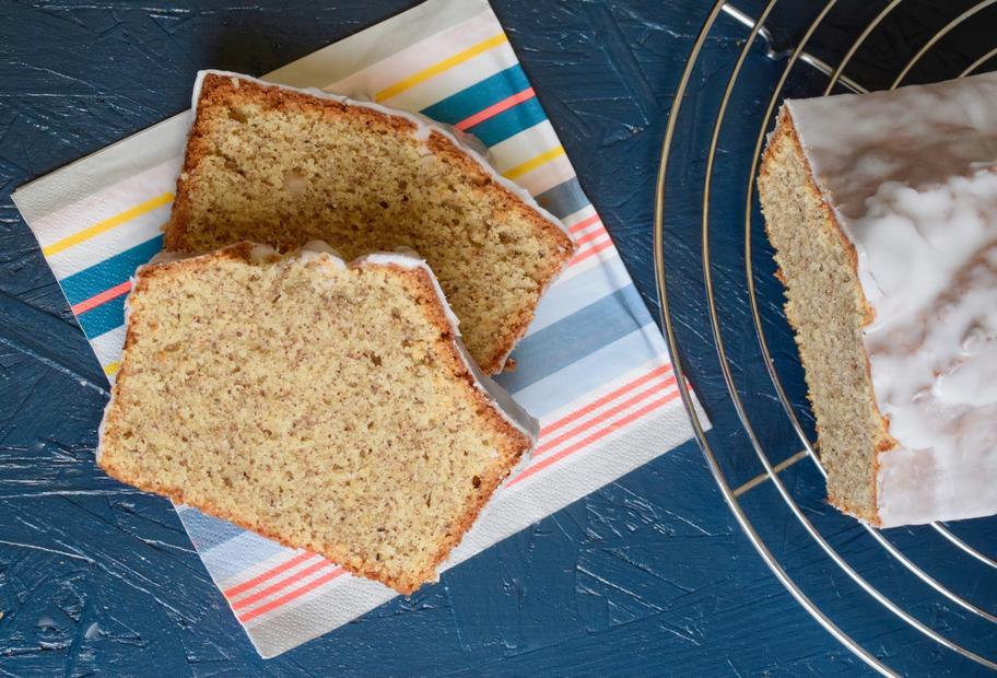 Zwei Stücke angeschnittener Nusskuchen aus der Kastenform mit dem Thermomix® gebacken.