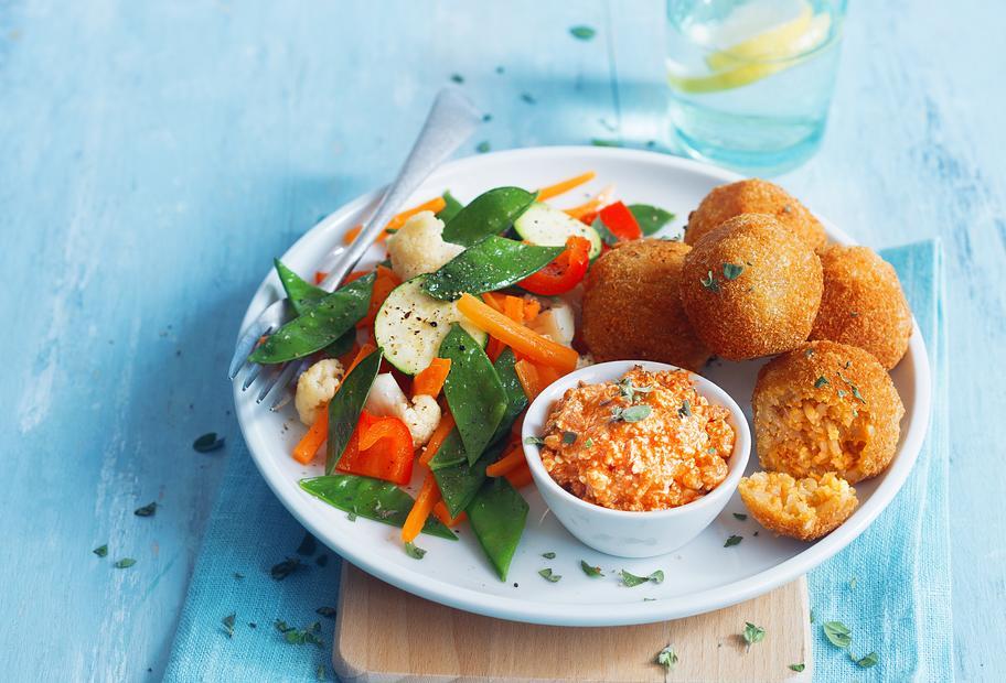 Reisbällchen mit buntem Varoma®-Gemüse und Hüttenkäse