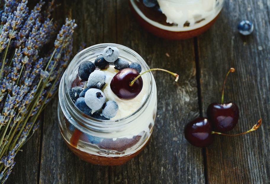 Mascarpone-Eis mit Schokokuchen, Heidelbeeren und Kirschen im Glas