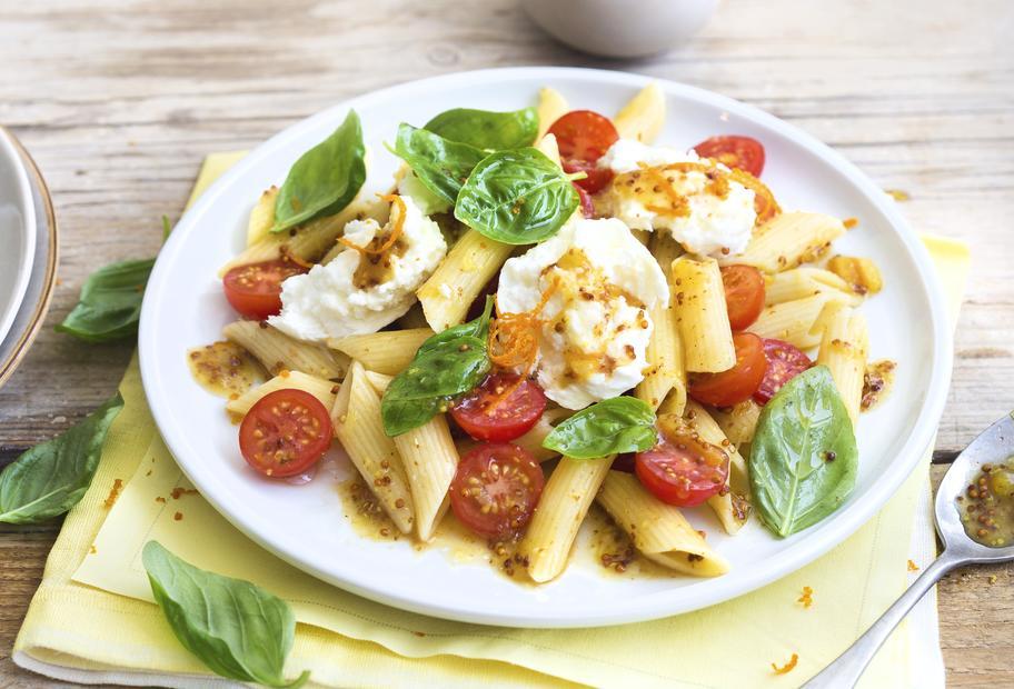 Pastasalat mit Mozzarella und Orangen-Senf-Dressing