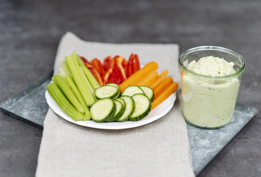 Leicht & lecker: Gemüsesticks mit Quark-Avocado-Dip