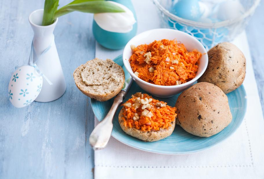 Glutenfreie Kräuterbrötchen mit Karottenaufstrich