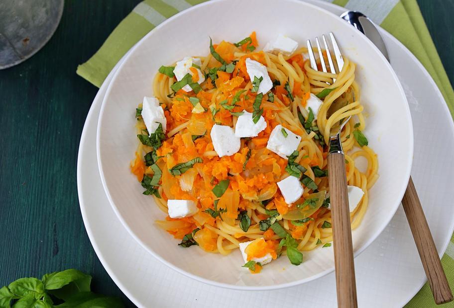 Karotten-Nudel-Topf mit Ziegenkäse