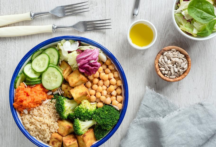 Buddha-Bowl mit Quinoa und Tofu