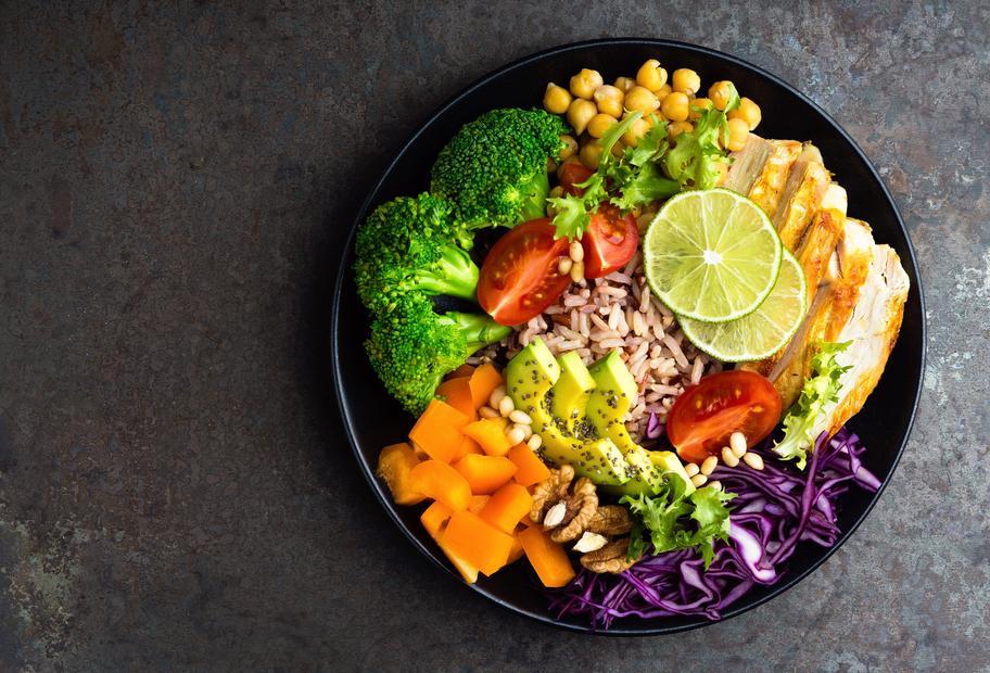Buddha-Bowl mit Reis und Hähnchen