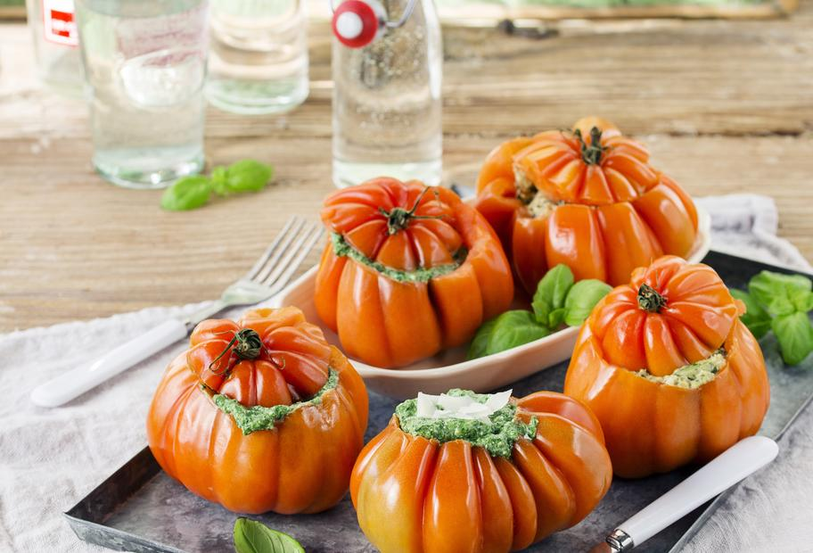 Würzig und vegetarisch: Gefüllte Tomaten mit Spinat