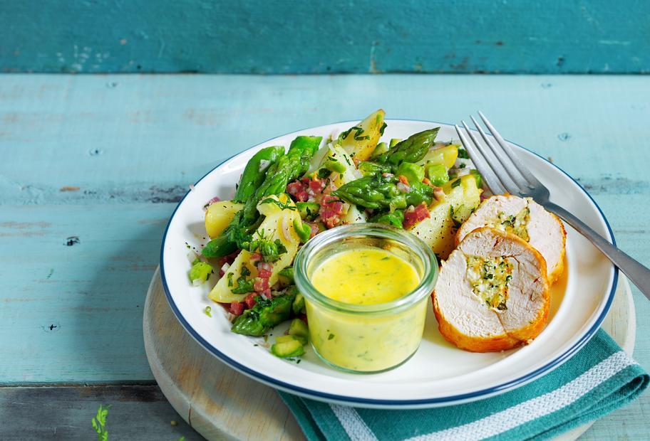 Spargel-Kartoffel-Salat, gefüllte Hähnchenbrust und Sauce béarnaise