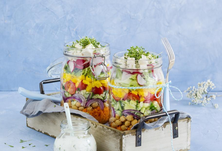 Bunter Schichtsalat mit Kichererbsen und Joghurtdressing im Glas