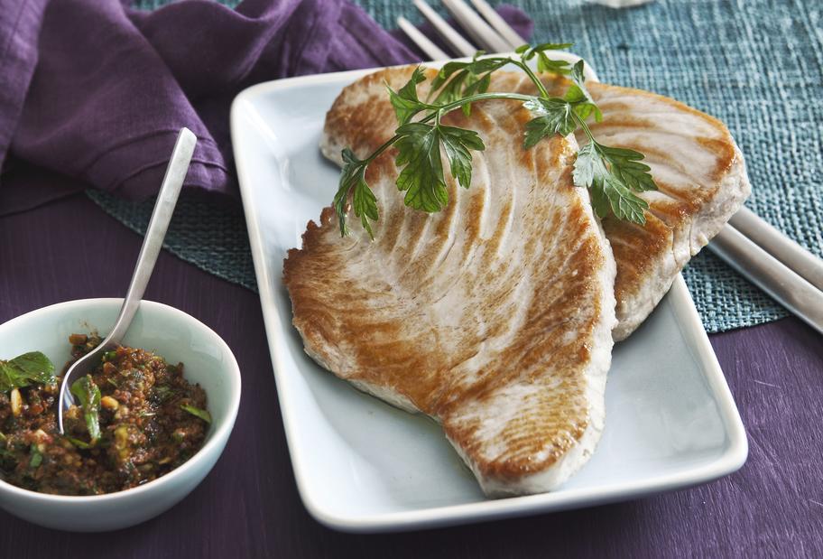 Edel und gesund: Thunfischsteaks mit rotem Pesto