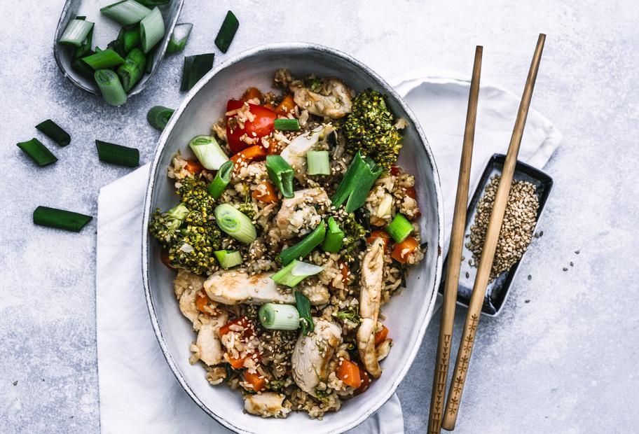 Asiatischer Bratreis mit Gemüse und Hähnchen