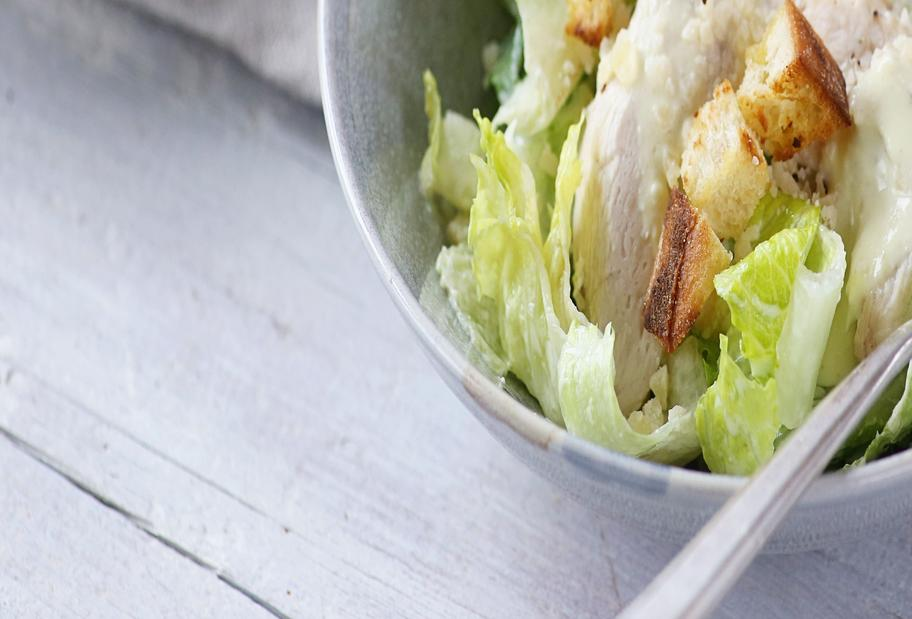 Perfekter Caesar Salad mit cremigem Dressing