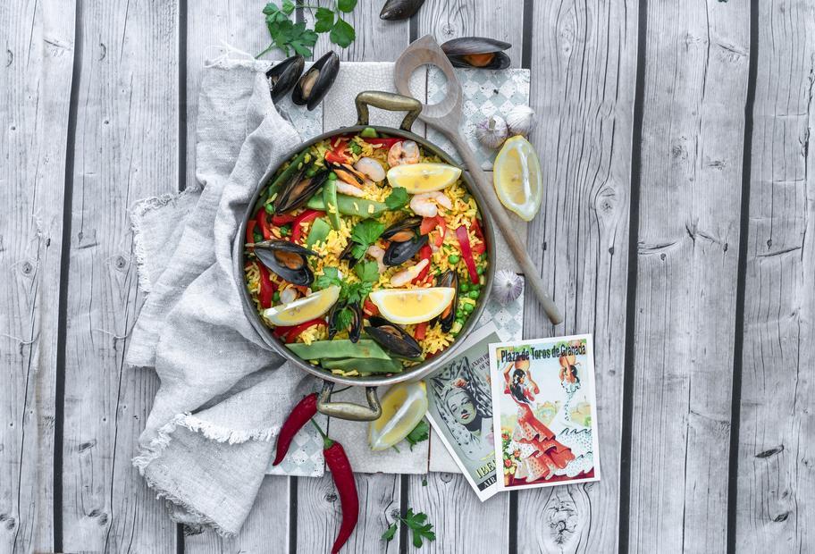 Paella mit Gemüse und Meeresfrüchten