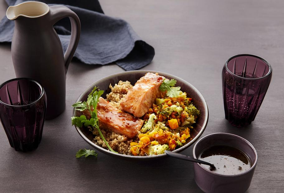 Asiatische Couscous-Lachs-Bowl mit Kürbis