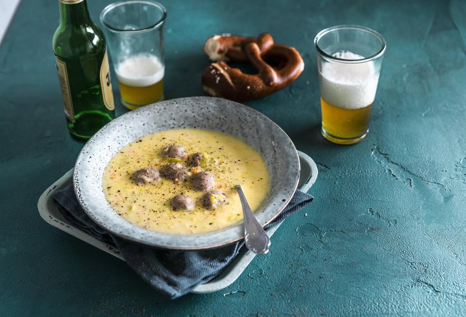Bier-Cheddar-Suppe mit Fleischklößchen