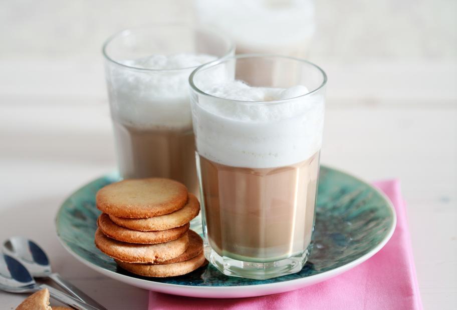 Caffè Latte mit weißer Schokolade und Amaretto