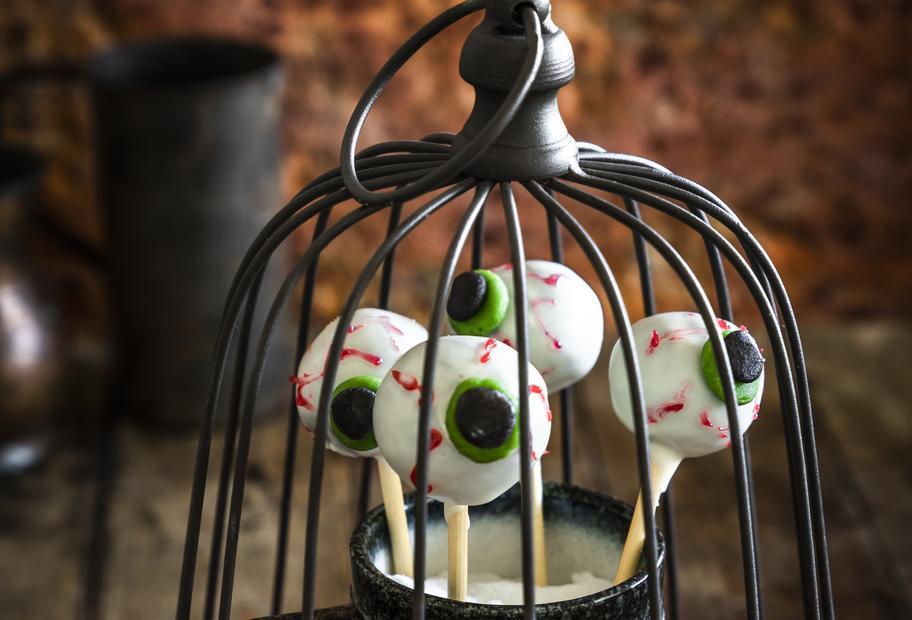 Spooky: Stielaugen-Cake-Pops mit Schokokern
