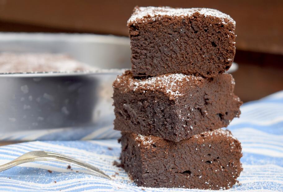 Drei Brownies aufeinander gestapelt.