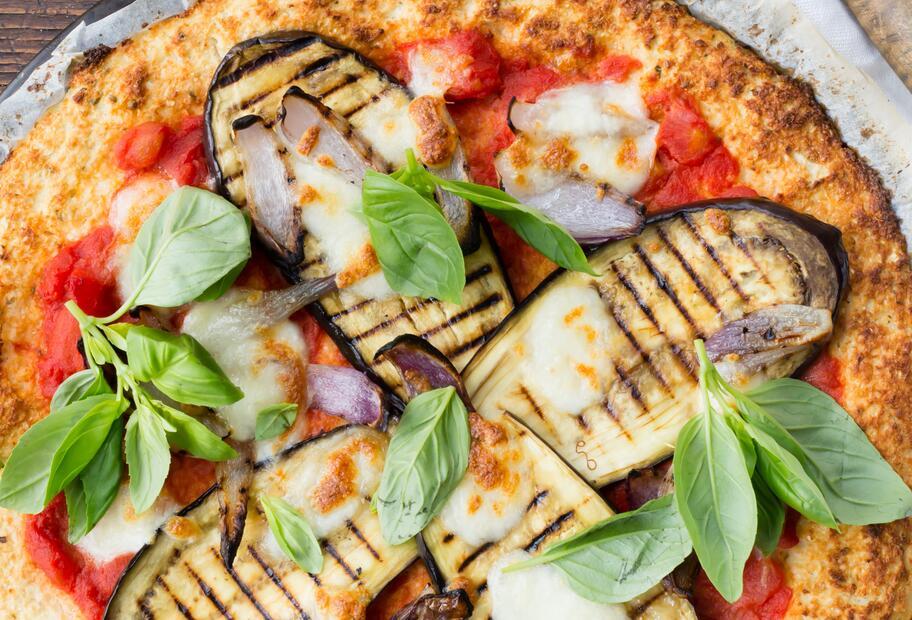 Low Carb & lecker: Blumenkohlpizza mit Aubergine
