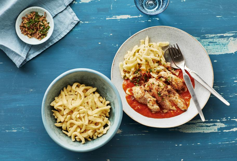 Hähnchen mit Spätzle und Tomaten-Sahnesoße