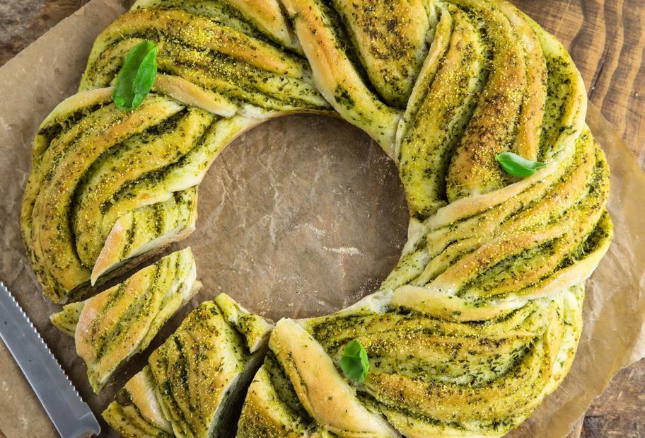 Brotkranz mit Basilikum und Knoblauch