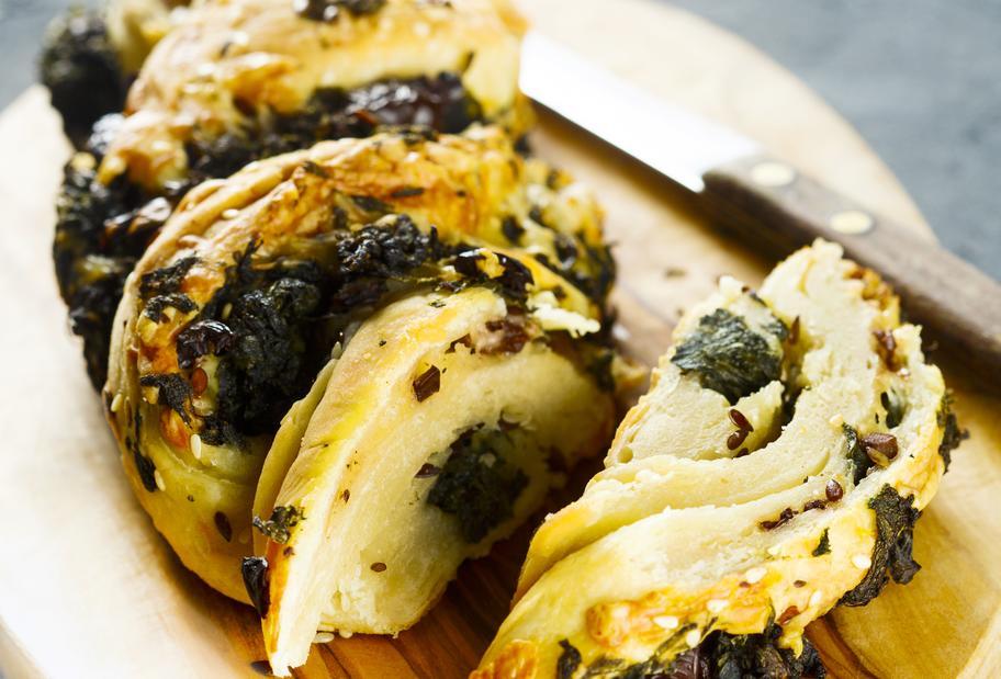 Brotzopf mit Oliven und Käse