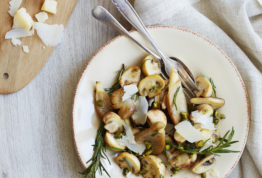 Marinierter Pilzsalat mit Pistazien und Rosmarin