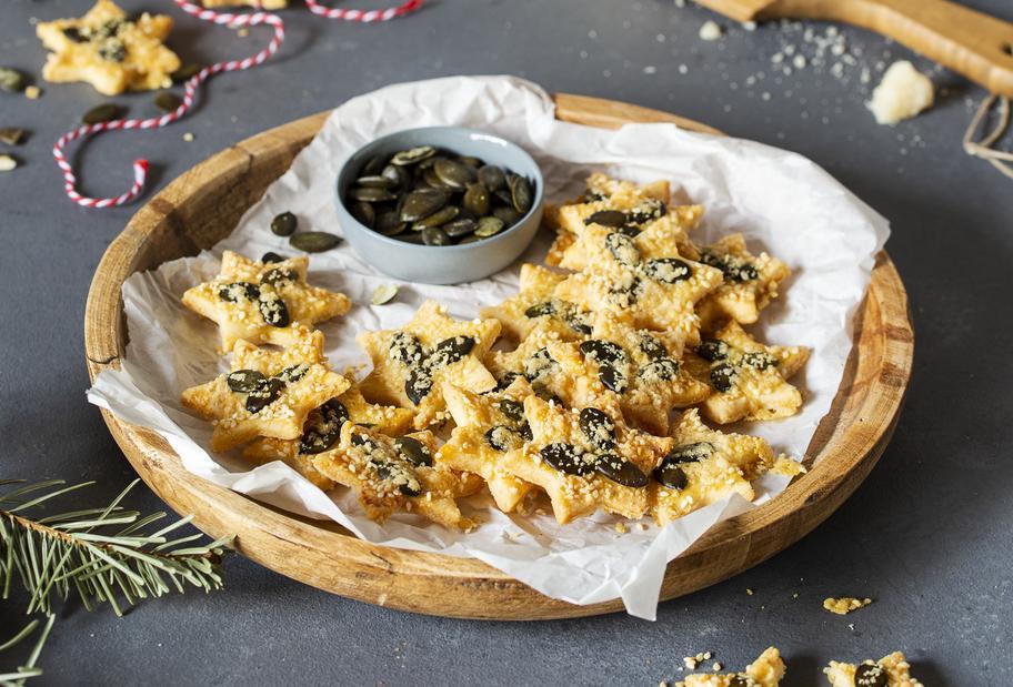 Kernige Knuspersterne mit Parmesan