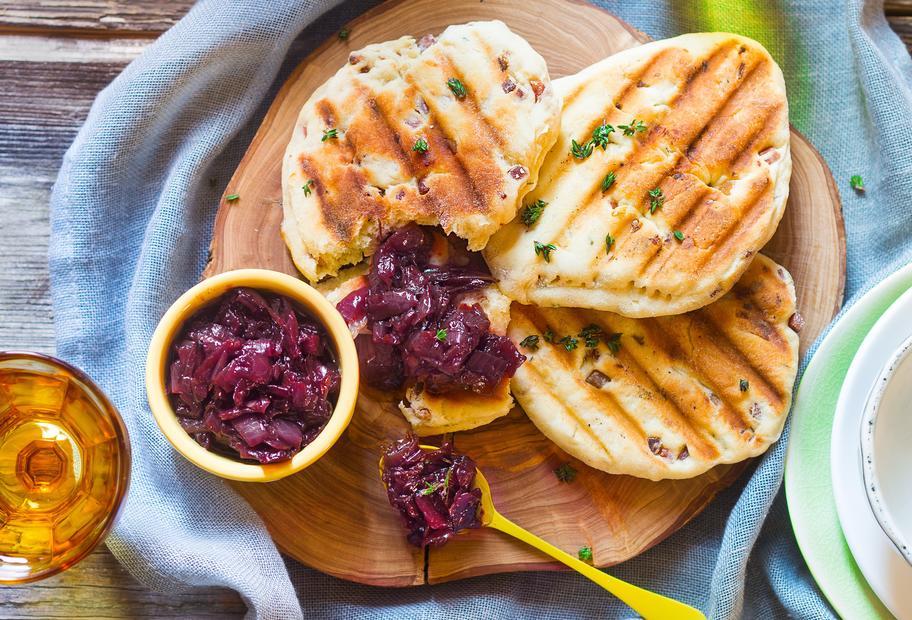Speckfladen mit Zwiebel-Honig-Chutney