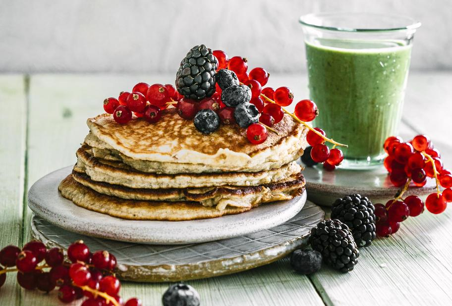 Hafer Pancakes mit Bananen-Spinat Smoothie