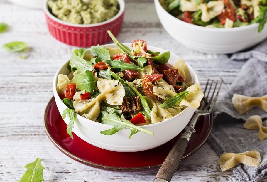Nudelsalat mit Paprika, getrockneten Tomaten und Olivenpesto