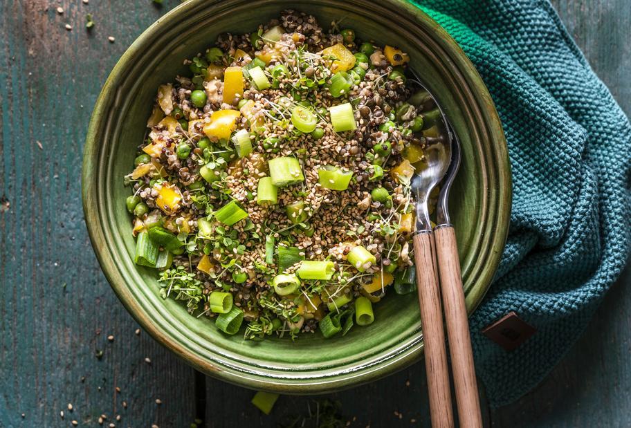 Quinoa-Linsen-Salat mit Sesamdressing