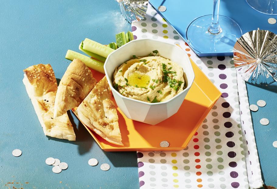 Klassisches Hummus mit Gurke und Fladenbrot
