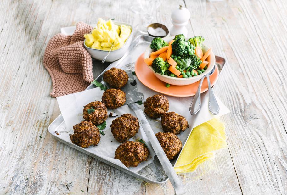 Ofenfrikadellen mit Kartoffelstampf und buntem Gemüse