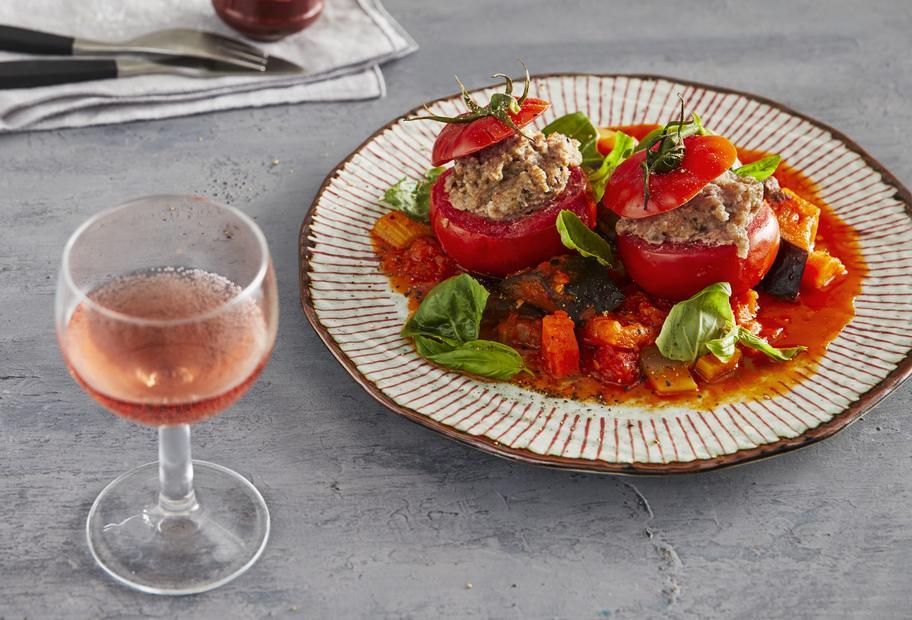Gefüllte Tomaten mit Karotten, Auberginen und Knoblauch