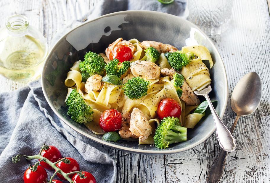 Bandnudeln mit würzigem Hähnchen, Brokkoli und Tomaten